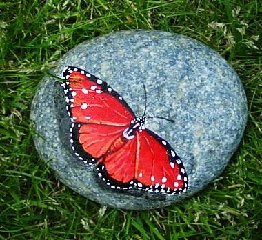 Декупаж на камнях с бабочкой